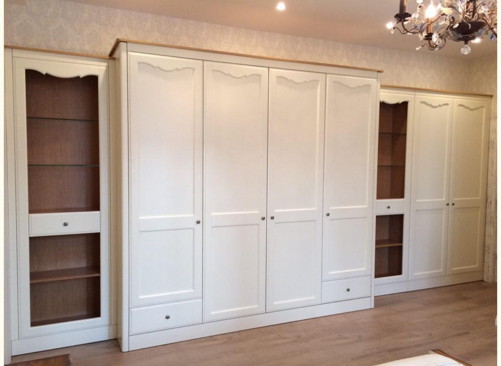 Просторный шкаф для спальни из массива бука