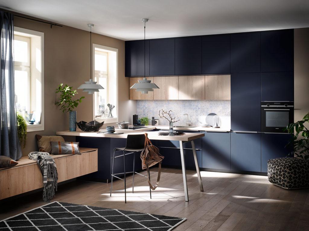 Кухня благородного синего цвета с элементами дерева AV 1097|AV 6000