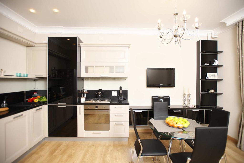 Кухня-гостиная в черно-белых тонах